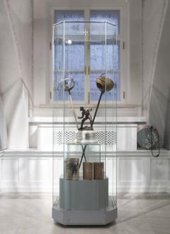 > Вертикальные музейные витрины